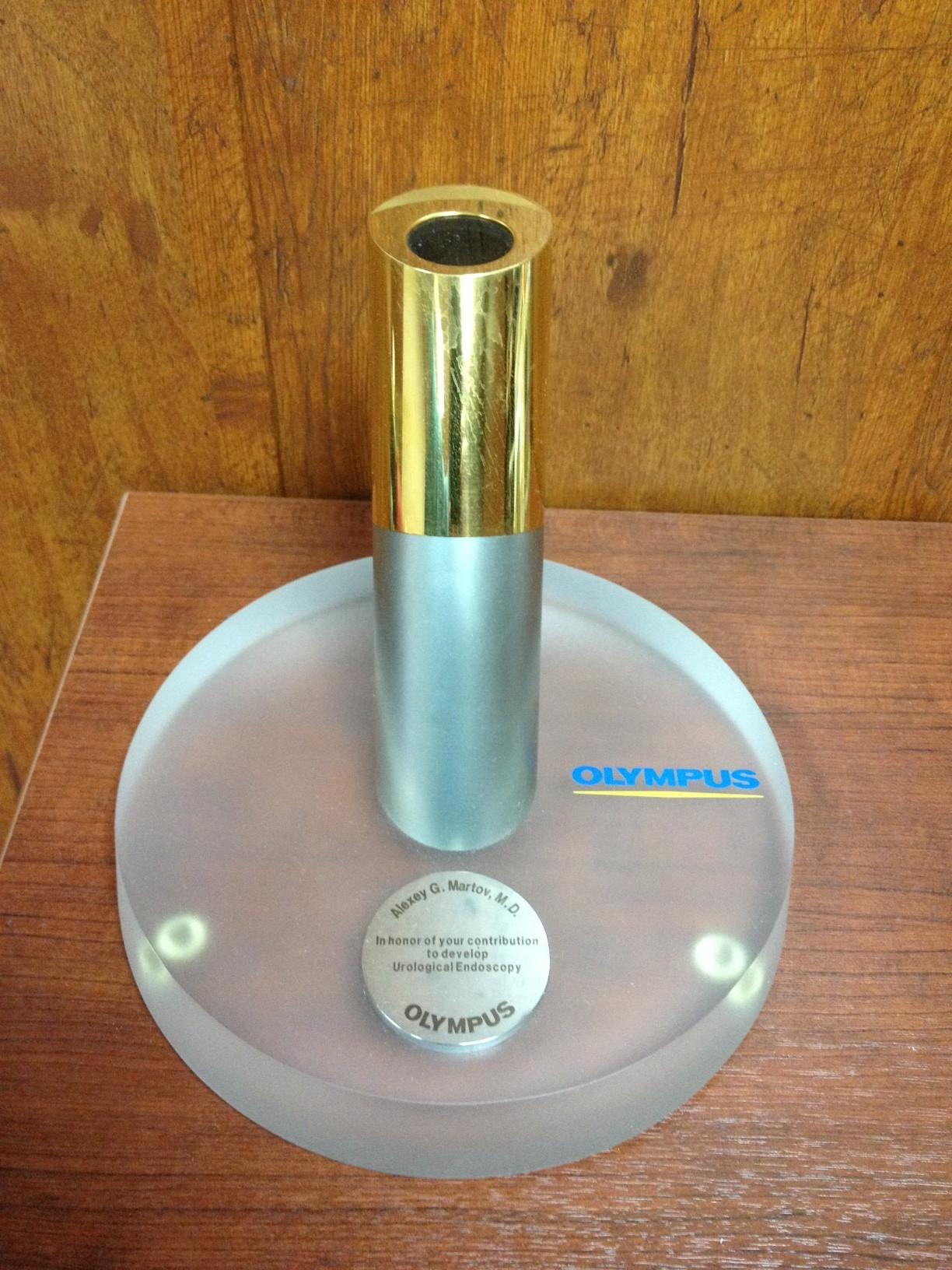 """Награда от компании """"Olympus"""" за значительный вклад в развитие мировой эндоурологии."""